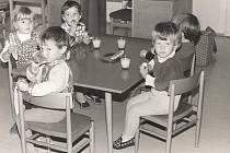 MŠ FRYŠTÁK 1985. Děti ze druhé třídy. Na snímku jsou ti nejmenší z fryštácké školky u svačinky.