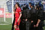 Kapitán brněnských fotbalistů Jan Trousil vyzívá řádící fanoušky svého týmu, aby se uklidnili.