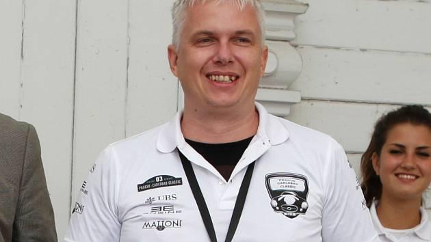 Robert Jašek má k autům vztah. Sám vlastní jednoho sportovního veterána, se kterým jezdí na historické rally, při nichž získal také několik ocenění.