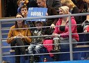 Otrokovičtí florbalisté (v bílých dresech) před televizními kamerami přehráli Ostravu 5:3 a posunuli se na sedmé místo tabulky.
