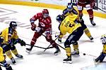 Hokejisté Zlína (ve žlutých dresech) vzdorovali třineckým Ocelářům.