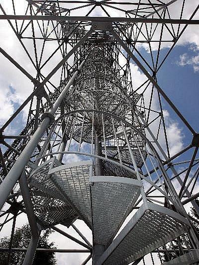 Rozhledna Doubrava. Pětapadesát metrů vysoký vysílač slouží jako rozhledna od roku 2002.