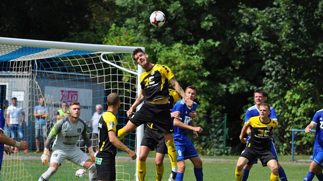 Fotbalisté Slavičína (modré dresy) vstoupili do další divizní sezony domácí výhrou 3:0 nad Stráním