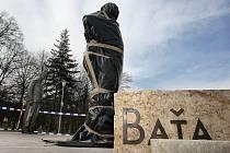 Nová socha Tomáše Bati ve zlínském univerzitním parku.