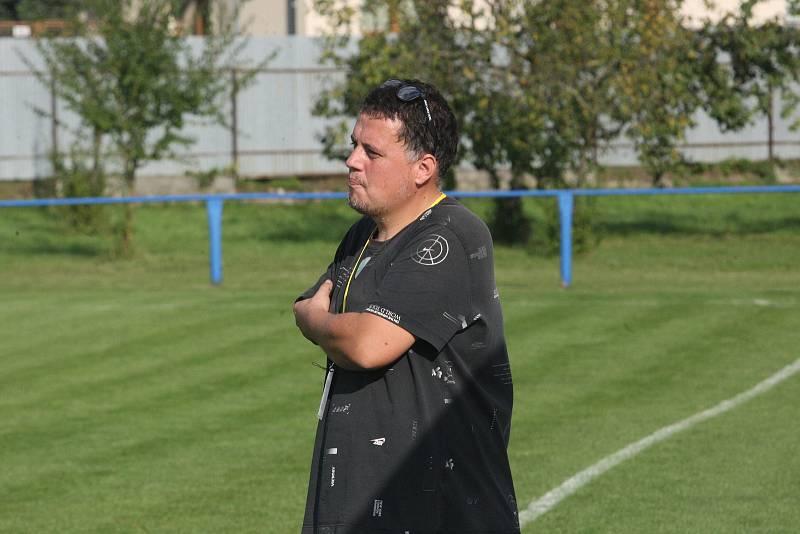 Fotbalisté Tlumačova (modré dresy) v rámci oslav výročí devadesáti let kopané v obci porazili Zdounky 2:0.