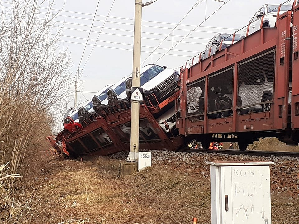 V Otrokovicích se srazily dva nákladní vlaky