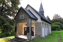 Kaple na Ploštině zasvěcená Panně Marii Bolestné.