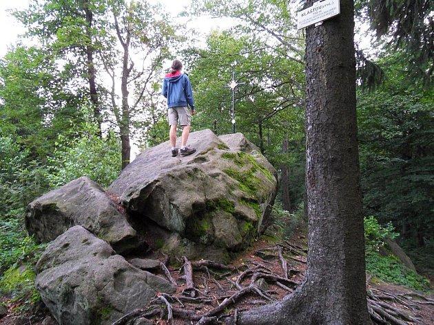 Nejvyšším bodem hradiska Klášťov je Čertův kámen.