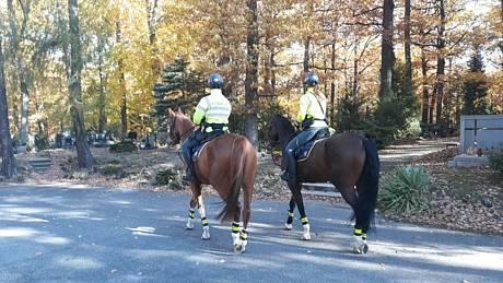 V pondělí 25. října 2021 policisté na koních společně s preventistou dohlíželi jednak na parkoviště, ale procházeli také Lesním hřbitovem a upozorňovali návštěvníky, aby si dávali pozor na cenné věci.