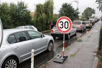 Most přes řeknu Dřevnici v Otrokovicích opravují, v místě platí uzavírka. Řidiči hojně využívají náhradní trasu přes ulici Přístavní, což se ovšem tamním obyvatelům nelíbí.