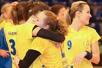 Interligové házenkářky Zlína (ve žlutém) v rámci posledního kola mezinárodní soutěže v sobotu 23. dubna porazily Olomouc 29:15 a po roční přestávce si opět zahrají v play-off o medaile.