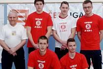 Na snímku zleva stojí: trenér Jaroslav Janeba, Albert Rýc, Pavel Jančík a Lukáš Hofbauer. Zleva dole Jakub Hochman a Dominik Šesták.
