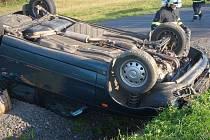 V obci Doubravy došlo k havárii auta zn. Š Felicia, které se převrátilo na střechu.
