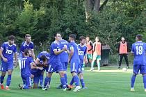 Fotbalisté Slavičína (v modrém) slaví čtvrtou výhru podzimu, v neděli proti Strání (2:0). Foto: Deník/Jan Zahnaš