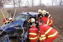 Doslova hrůzostrašně vyhlížely následky dopravní nehody, která se v pátek před jednou hodinou odpolední stala před Hulínem ze směru od Kroměříže.