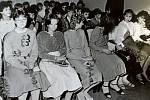 JASENNÁ, NOVÉ OBČANKY. Na slavnostní chvíli, kdy dostanou svůj občanský průkaz, se těšili i mladí žáci v roce 1988. Třicítku nových občanských průkazů dostali v zasedací místnosti obecního úřadu.