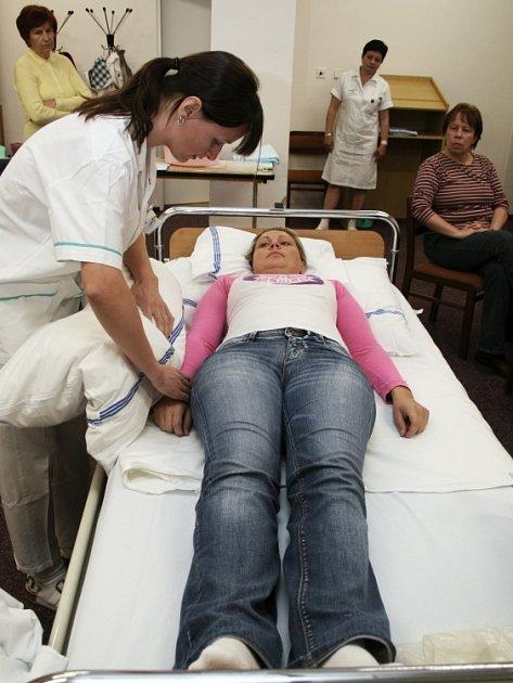 NÁZORNÁ UKÁZKA. Zkušené sestry ze zlínské Baťovy nemocnice předváděly účastníkům kurzu správné pohybování s pacientem upoutaným na lůžko.