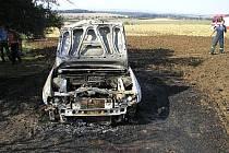 Na poli u Kvasic shořelo osobní auto
