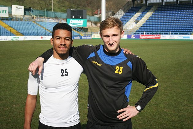 Fotbalisté Zlína Robert Bartolomeu (vlevo) a Miloš Kopečný (vpravo).