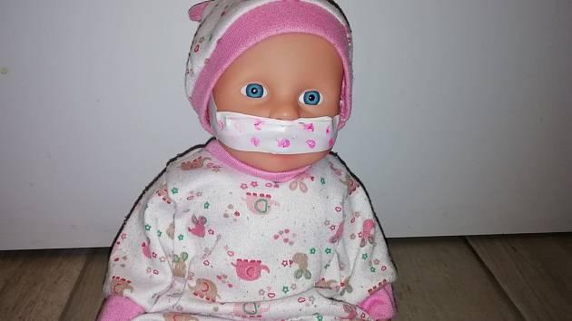 I panenka musí mít roušku.