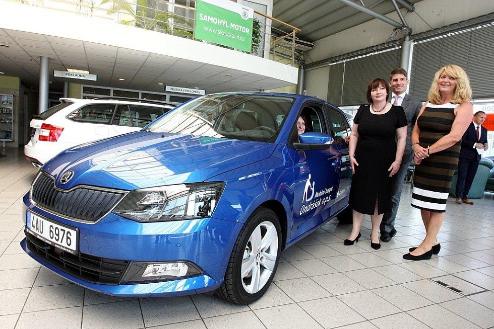 První dáma Ivana Zemanová předává pro mobilní hospic Ondrášek automobil Škoda Fabia v autosalonu Samohýl ve Zlíně.