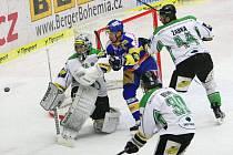 Extraligoví hokejisté Zlína se střetli v rámci 41. kola nejvyšší soutěže Mladou Boleslav. Petr Čajánek (v modrém) a Boris Žabka (v bílém) před brankářem Hüblem