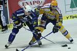 Hokejisté Zlína (ve žlutém) s Plzní. Na snímku David Nosek brání plzeňského útočníka