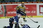Hokejisté Zlína (ve žlutém) s Plzní. Na snímku zlínský Peter Sivák v útoku proti plzeňskému obránci