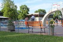Na místě celou událost vyšetřovala policie, na incident se ptali svědků, personálu bazénu i napadeného chlapce. Toho následně zdravotníci odvezli do nemocnice.
