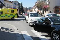 Chodkyně na přechodu byla sražena při dopravní nehodě.
