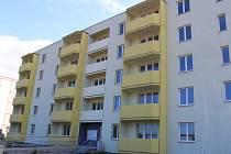 Bytový dům v ulici J. Jabůrkové v Otrokovicích stále nemá obyvatele. Je opravený, ale už spíše chátrá.