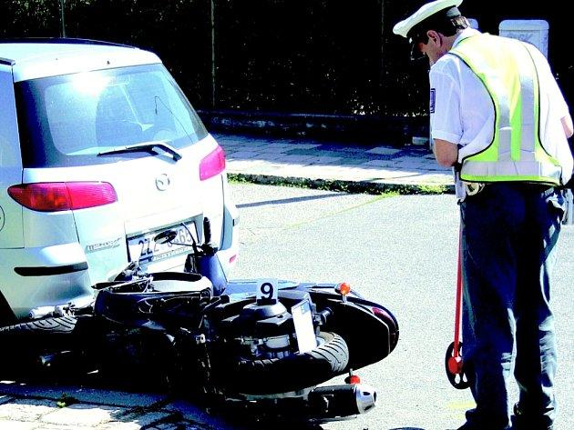 Střet motocyklu a automobilu skončil zraněním.