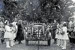 VALAŠSKÉ KLOBOUKY, STŘÍKAČKA. Slavnost svěcení motorové stříkačky pro dobrovolné hasiče se konala v srpnu 1949. Přestože už byla doba komunismu, stále se považovalo za potřebné světit nové vybavení hasičů. Svěcení se ujal farář František Vlk.