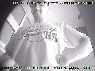 Je na kameře. Celostátně hledaný muž, který vykrádá byty