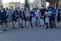 Fotbalové naděje zlínského Fastavu pomohly zlínským seniorům. Po městě roznesly tisícovku roušek