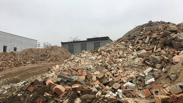 Halda suti v prostoru parkoviště NWT ve Zlíně-Prštném vyvolává obavy místních obyvatel.