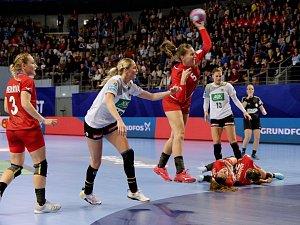 České házenkářky (červené dresy) prohrály v posledním zápase základní skupiny D mistrovství Evropy s Německem 28:30 a na turnaji skončily.
