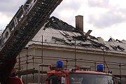 Střecha opravované budovy v Tlumačově, vzplála.