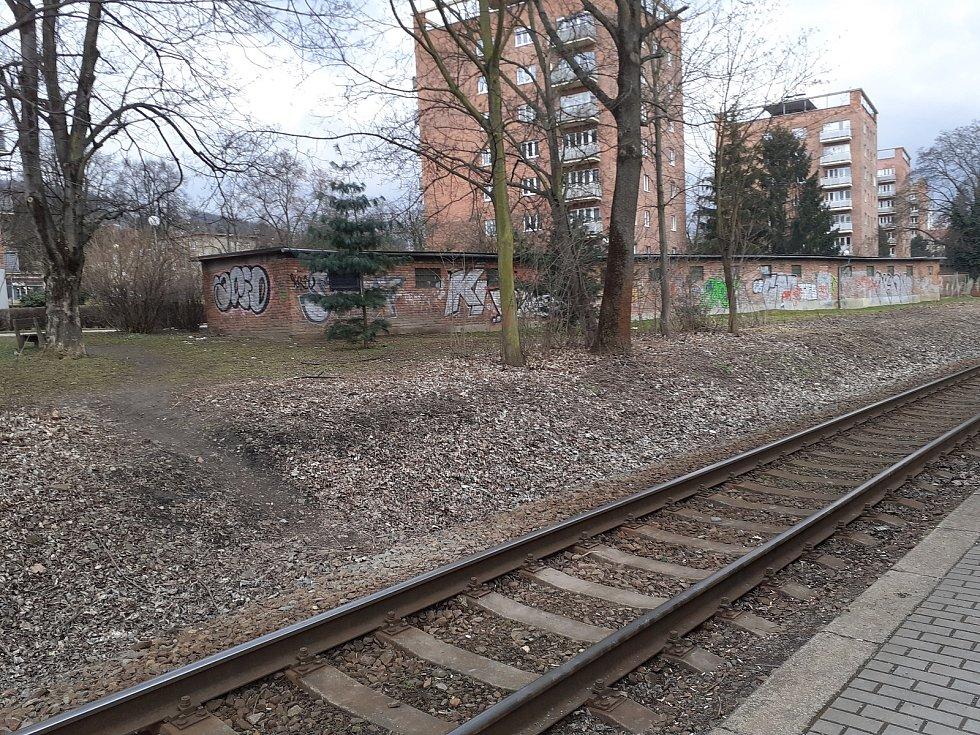 Kde by řidiči a hlavně chodci ve Zlín měli maximálně zbystřit, je u prodejny Lidl nedaleko ulic Vizovická a Broučkova, a to před nedalekým nechráněným železničním přejezdem. Zde v minulosti vyhaslo již několik lidských životů.