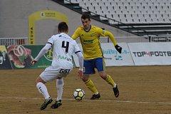 Fotbalisté Zlína (ve žlutých dresech) ve čtvrtfinále MOL Cupu porazili druholigový Hradec Králové 2:0 a postoupili mezi čtyři nejlepší týmy.