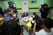 Volby 2017 Volení do přenosné urny v Krajské nemocnici T. Baťi ve Zlíně.Na snímku  Josef Čihák