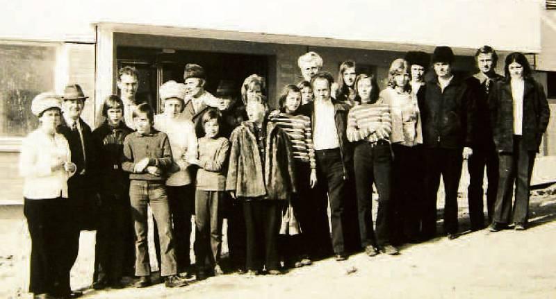 """PRVNÍ NA SVAZÍCH, 1975. Jedni z prvních obyvatel sídliště Jižní Svahy. Nyní zde žije již jejich druhá, třetí generace. V současné sobě žije na největším zlínském sídlišti více než třicet tisíc lidí. Lidově: """"Svahy"""" jsou něco jako město ve městě."""