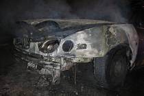 Požár zničil celou přední část osobního vozidla
