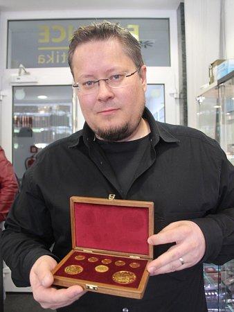 MARTIN WALLEK. Majitel obchodu E-MINCE.cz spamětními medailemi, se zlatými a stříbrnými mincemi a také investičním zlatem.