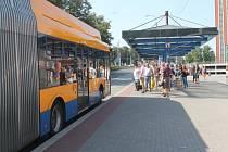 Zastávku Náměstí Práce nemine nikdo, kdo jede z centra Zlína směrem na Otrokovice.