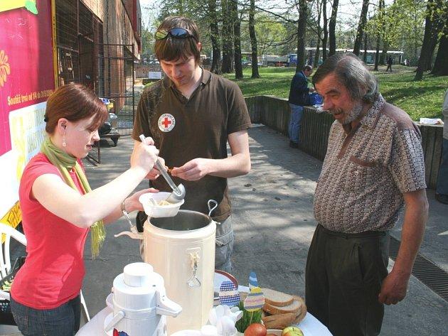 Polévka u nádraží. Bezdomovci dostali na Velký pátek teplou polévku.