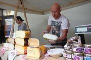 Festival Culturea 2015 na zámku ve Zlíně.  Ochutnávka a prodej francouzských sýrů na nádvoří zámku.