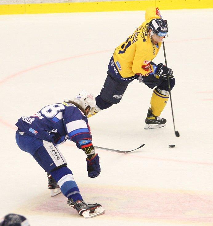Extraligoví hokejisté PSG Berani Zlín (ve žlutém) v přípravném duelu hostili rivala Kometu Brno.