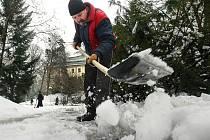 Dlouhodobě nezaměstnaní ve Zlíně si mohou vydělat peníze a nepřijít o sociální dávky díky úklidu chodníků.