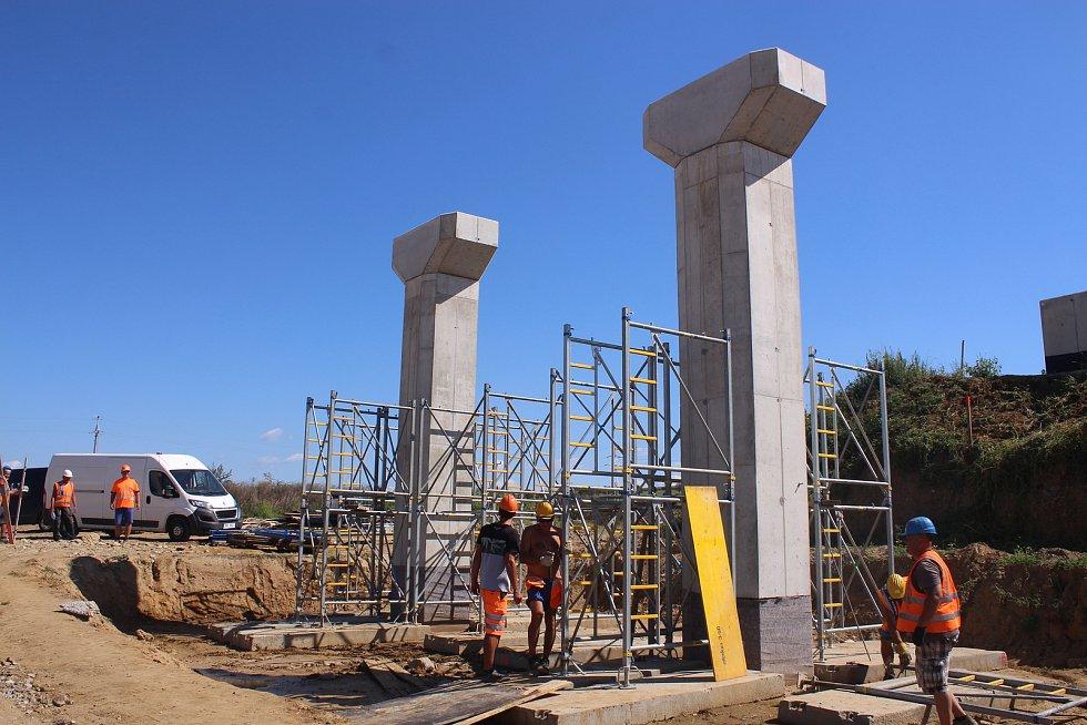"""Před Napajedly zase vznikne na sjezdu z dálnice okružní křižovatka, která bude převádět provoz. Jen kousek od plánovaného dálničního sjezdu již vyrostly mostní pilíře pro další most z celkem plánovaných čtyř. """"Stavebníci již na něm  mají bednění a budou"""